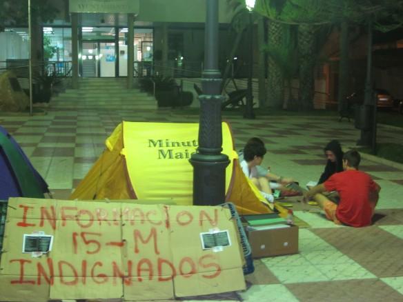 Tiendas de campaña en frente del ayuntamiento de San Pedro.